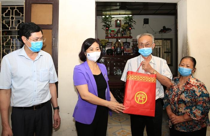 Phó Bí thư Thường trực Thành ủy Nguyễn Thị Tuyến thăm, tặng quà gia đình thương binh Nguyễn Đình Bảng