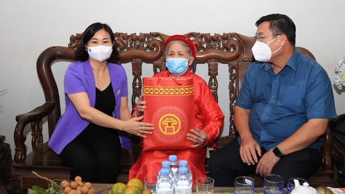 Phó Bí thư Thường trực Thành ủy Nguyễn Thị Tuyến thăm, động viên gia đình chính sách