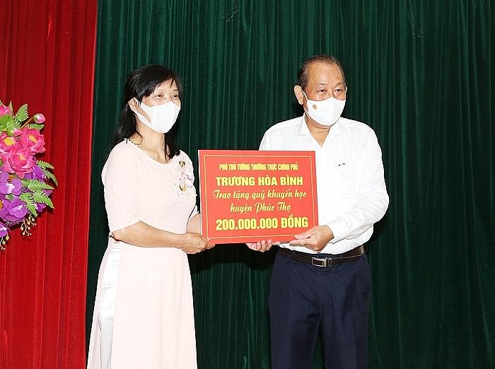 Phó Thủ tướng Thường trực Trương Hòa Bình trao tặng quà cho Quỹ khuyến học huyện Phúc Thọ