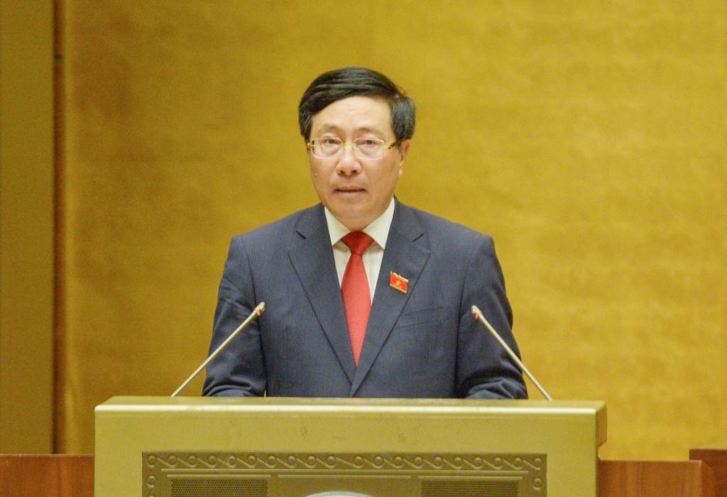 Phó Thủ tướng Phạm Bình Minh trình bày báo cáo tại kỳ họp