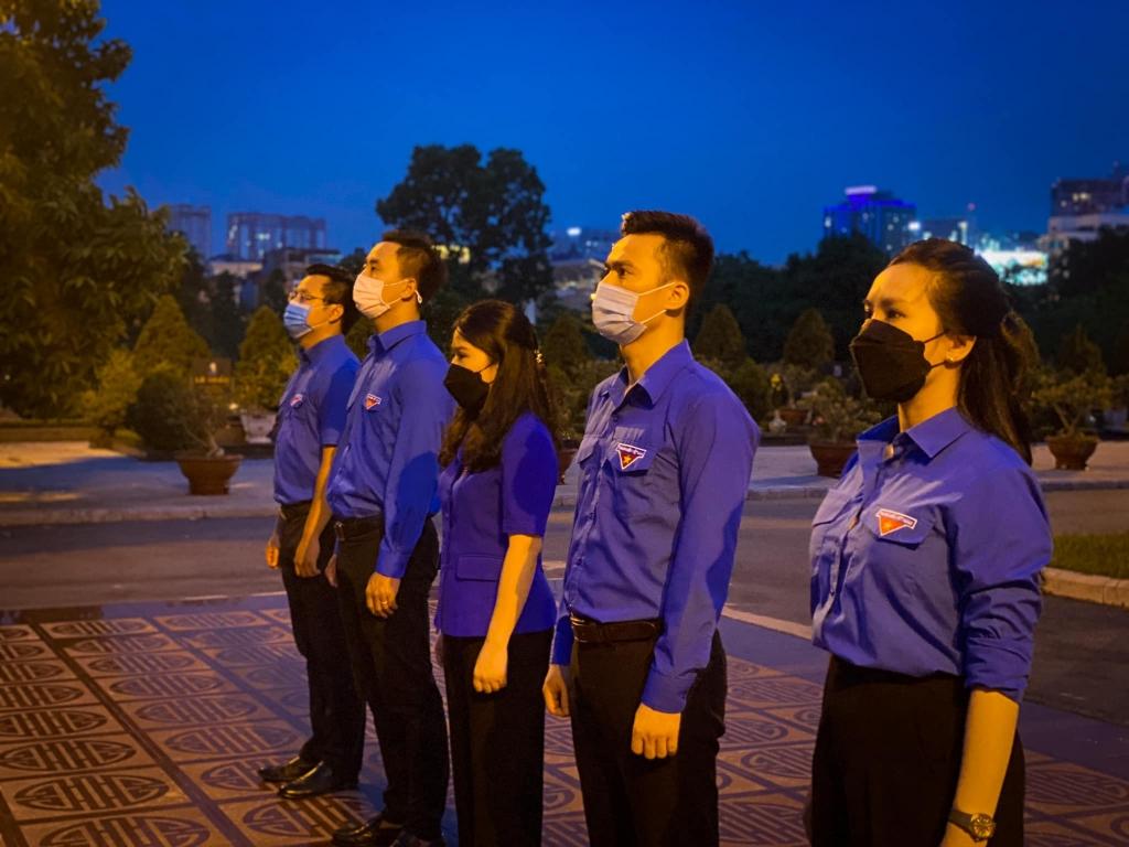 Tối 23/7, Thành đoàn Hà Nội tổ chức Lễ thắp nến tri ân các anh hùng, liệt sĩ tại Nghĩa trang Mai Dịch nhân kỷ niệm 74 năm Ngày Thương binh - Liệt sĩ ( 27/7/1947 - 27/7/2021).