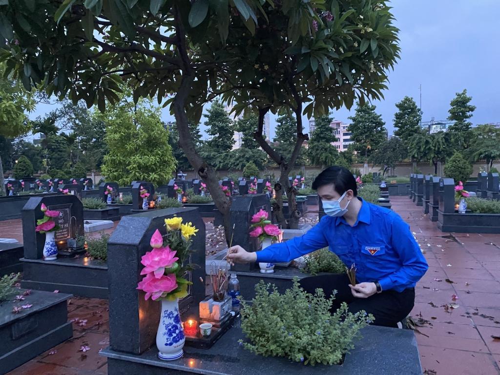 Các cán bộ, đoàn viên thắp nến, dâng hương tại phần mộ của các anh hùng liệt sỹ