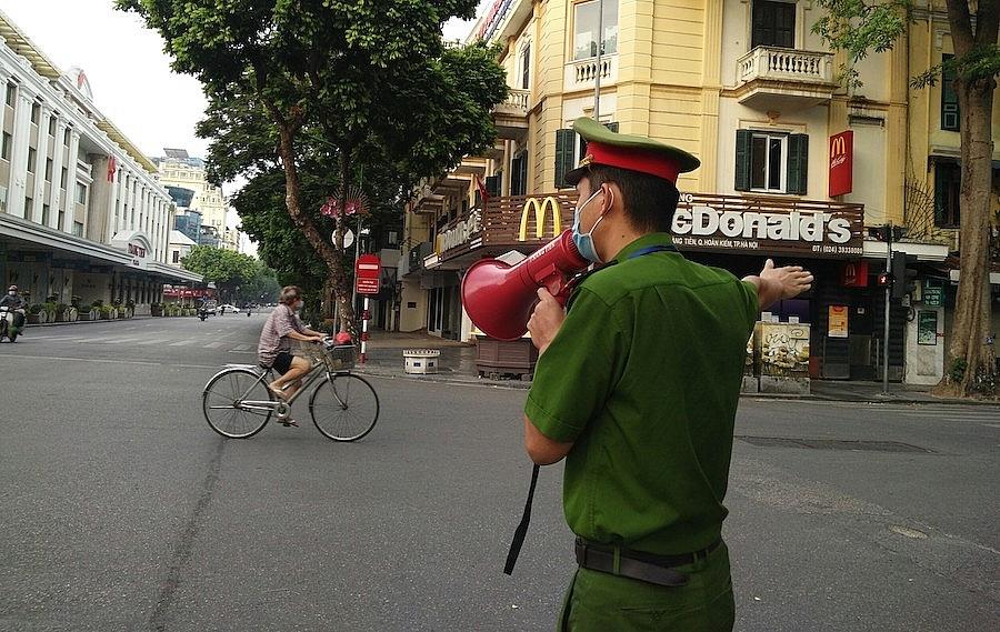 Công an phường Tràng Tiền nhắc người dân không ra khỏi nhà nếu không có việc thực sự cần thiết.