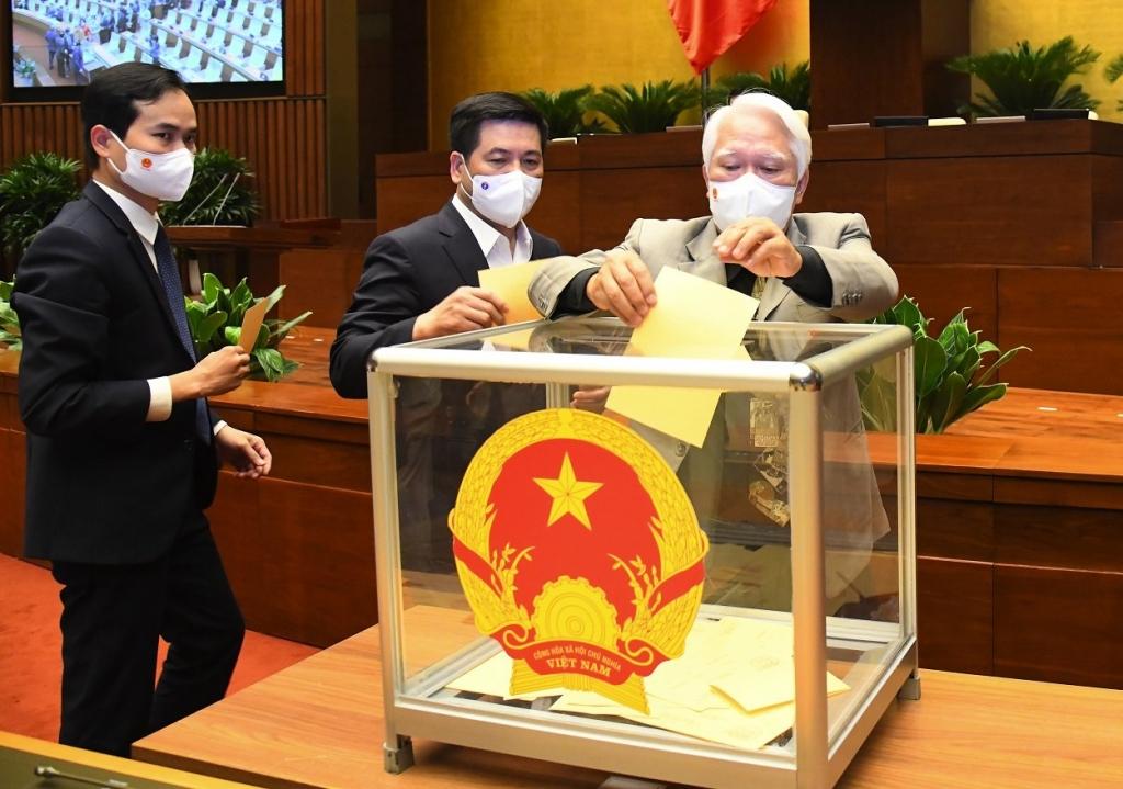 Các đại biểu bỏ phiếu bầu Thủ tướng Chính phủ