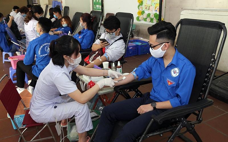 Ðoàn viên, thanh niên quận Hoàn Kiếm (TP Hà Nội) tham gia hiến máu tình nguyện bổ sung lượng máu dự trữ trong bối cảnh dịch Covid-19 diễn biến phức tạp.