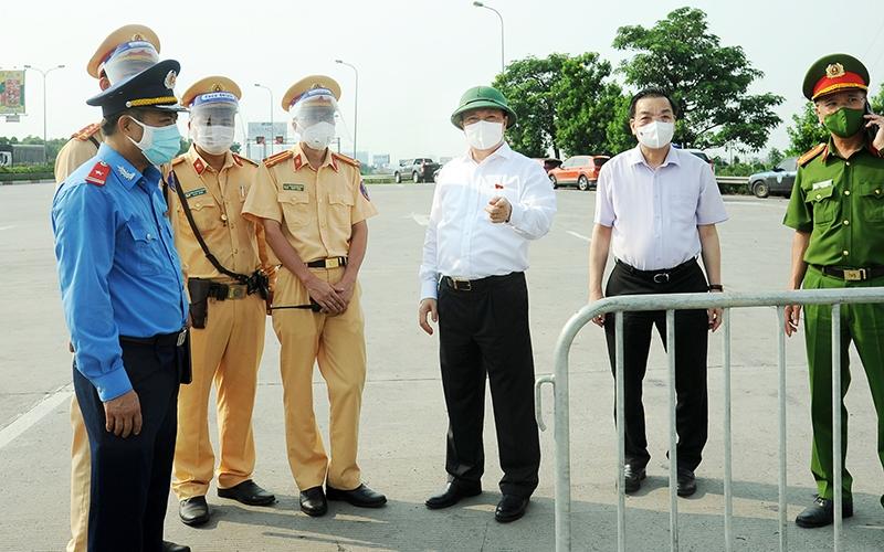 Bí thư Thành ủy Hà Nội Đinh Tiến Dũng, Chủ tịch UBND TP Chu Ngọc Anh kiểm tra công tác kiểm soát người và phương tiện tại khu vực Pháp Vân-Cầu Giẽ.