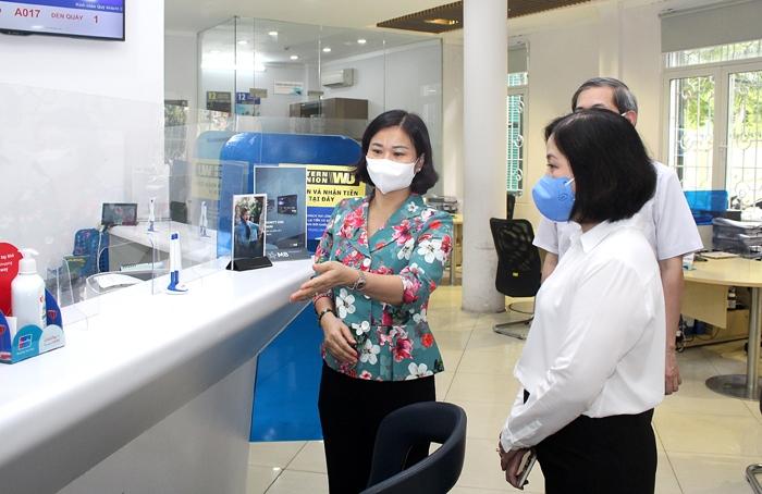Phó Bí thư Thường trực Thành ủy Nguyễn Thị Tuyến kiểm tra công tác phòng, chống dịch Covid-19 tại Ngân Hàng TMCP Quân Đội