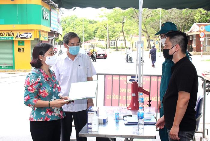 Phó Bí thư Thường trực Thành ủy Nguyễn Thị Tuyến kiểm tra công tác phòng, chống dịch Covid-19 tại Chợ Ngọc Hà