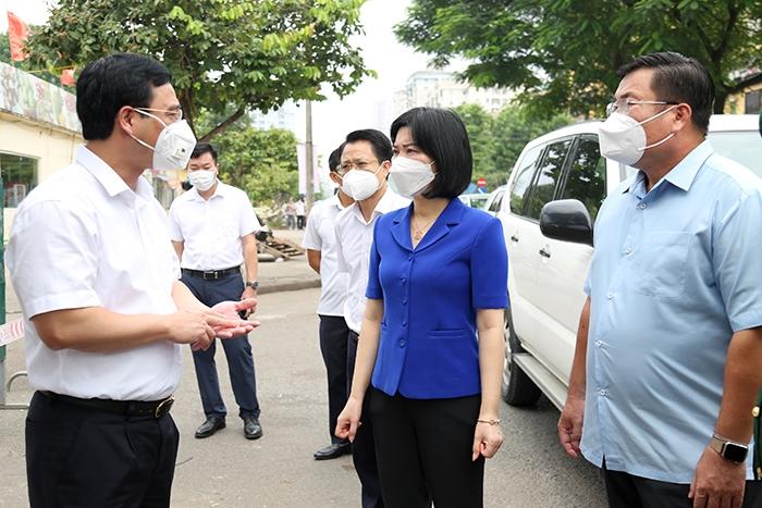 Phó Chủ tịch Thường trực HĐND TP Phùng Thị Hồng Hà kiểm tra công tác phòng, chống dịch Covid-19 tại chợ đầu mối phía Nam, quận Hoàng Mai