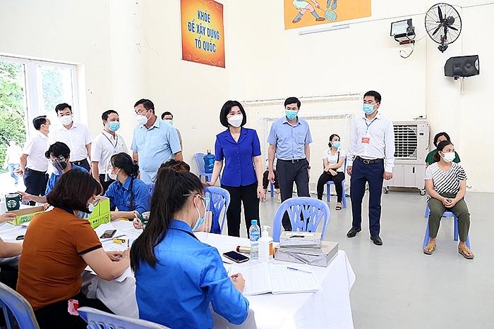 Phó Chủ tịch Thường trực HĐND TP Phùng Thị Hồng Hà kiểm tra tại điểm tiêm vắc xin Covid-19 Trường Tiểu học Thịnh Liệt, quận Hoàng Mai