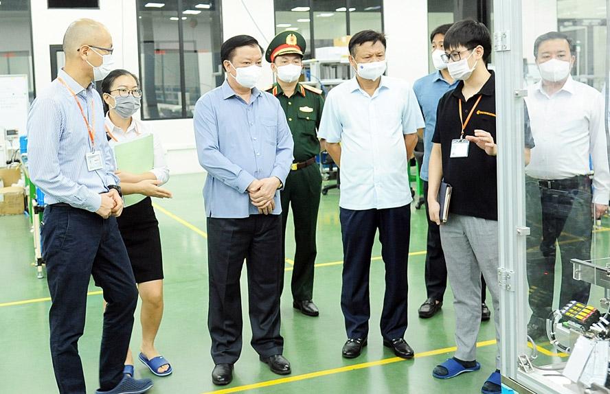 Bí thư Thành ủy Hà Nội Đinh Tiến Dũng kiểm tra công tác duy trì sản xuất và phòng, chống dịch Covid-19 tại Công ty TNHH Osco International (Cụm công nghiệp Lai Xá, xã Kim Chung, huyện Hoài Đức)