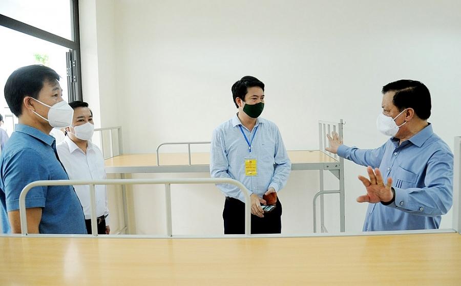 Bí thư Thành ủy Hà Nội Đinh Tiến Dũng kiểm tra các trang thiết bị phục vụ cho khu cách ly tập trung tại Trường Tiểu học thị trấn Trạm Trôi (huyện Hoài Đức).