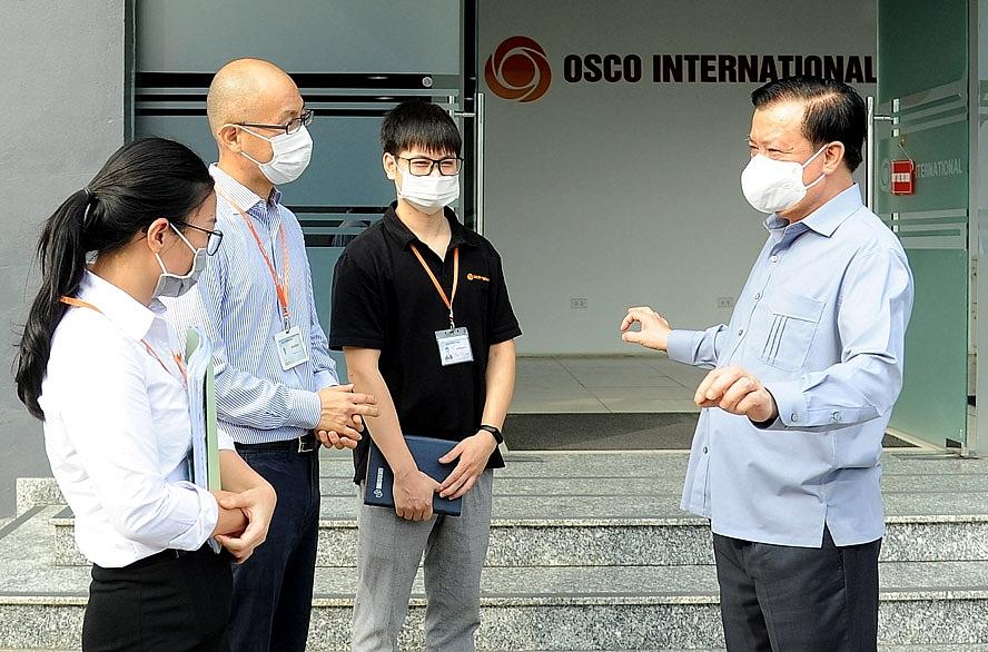 Bí thư Thành ủy Hà Nội Đinh Tiến Dũng trao đổi về công tác phòng, chống dịch Covid-19 với lãnh đạo Công ty TNHH Osco International (Cụm công nghiệp Lai Xá, xã Kim Chung, huyện Hoài Đức)