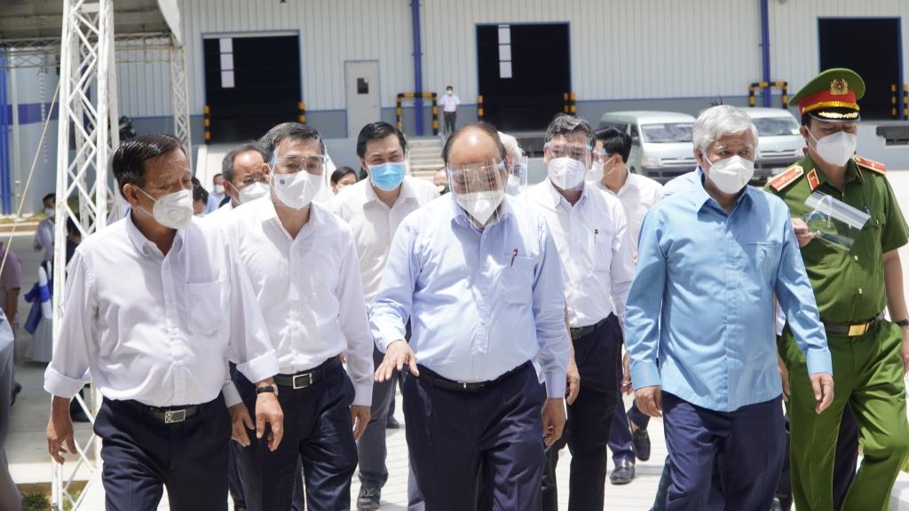 Chủ tịch nước Nguyễn Xuân Phúc kiểm tra phòng chống dịch ở Bình Dương