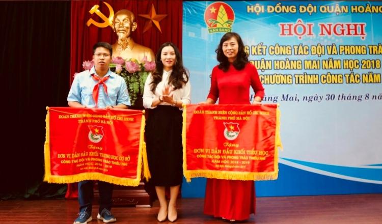 hoi dong doi quan hoang mai duoc trung uong doan tang bang khen