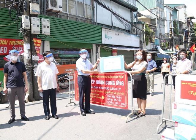 Chủ tịch HĐND TP Nguyễn Ngọc Tuấn tặng quà lực lượng tuyến đầu ở điểm phong tỏa ở phường Chương Dương, Hoàn Kiếm
