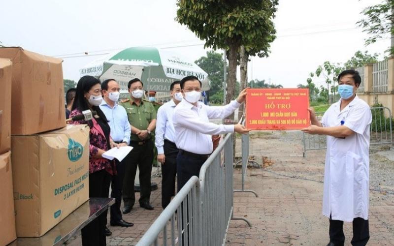 Đồng chí Đinh Tiến Dũng kiểm tra, tặng quà cho Bệnh viện Bệnh nhiệt đới T.Ư, cơ sở Kim Chung, huyện Đông Anh