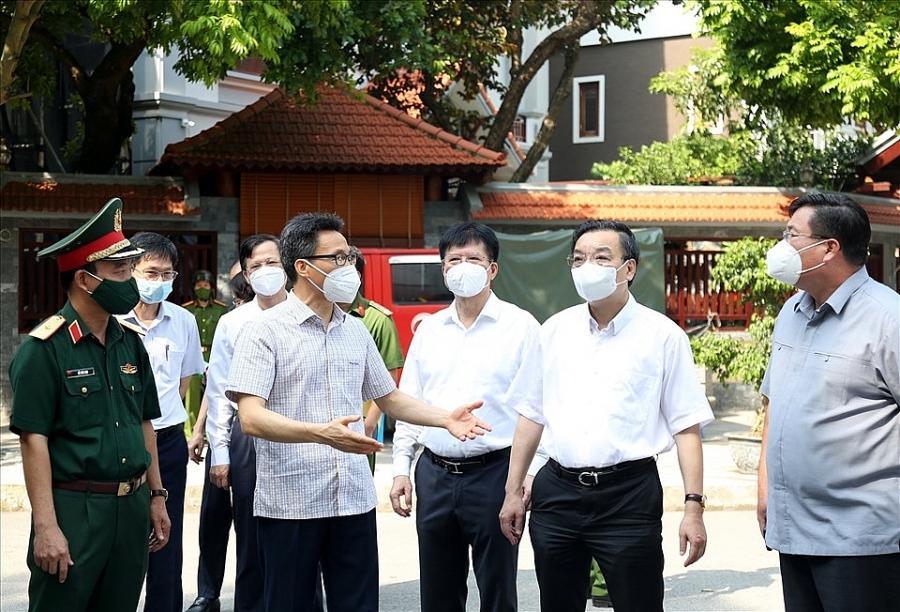 Phó Thủ tướng trao đổi với lãnh đạo TP. Hà Nội trong chuyến kiểm tra tại Khu cách ly tập trung của TP. Hà Nội tại tòa A1, tòa A5 khu Pháp Vân - Tứ Hiệp, quận Hoàng Mai