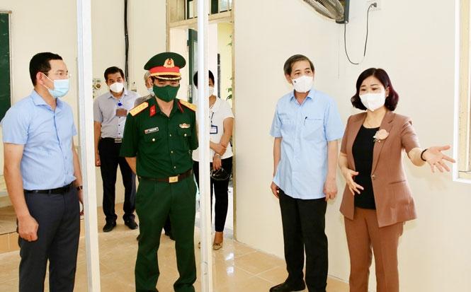 Phó Bí thư Thường trực Thành ủy Nguyễn Thị Tuyến kiểm tra công tác phòng, chống dịch Covid-19 tại khu cách ly tập trung Trường Cao đẳng Y tế Hà Nội (quận Ba Đình).