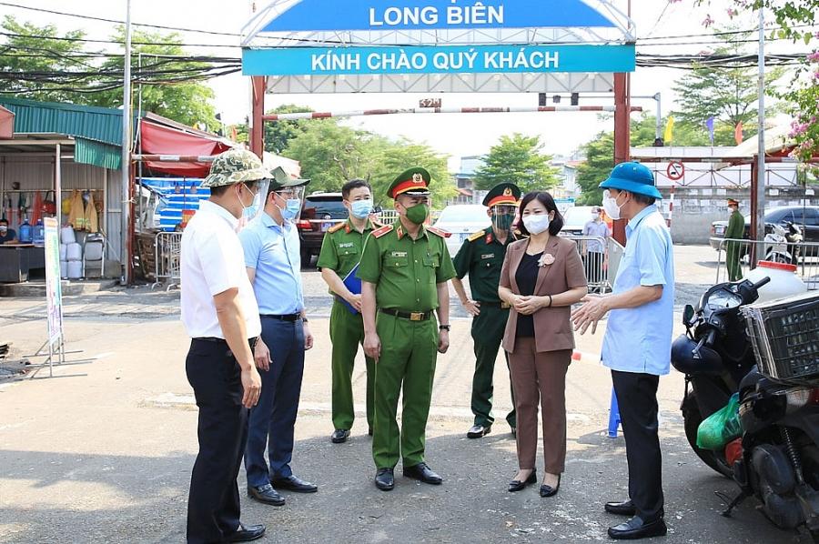 Phó Bí thư Thường trực Thành ủy Nguyễn Thị Tuyến kiểm tra công tác phòng, chống dịch Covid-19 tại chợ Long Biên (quận Ba Đình)