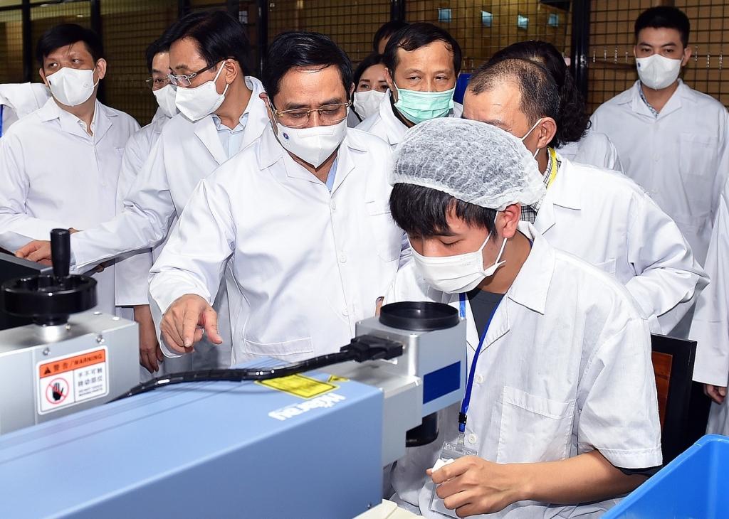 Thủ tướng Phạm Minh Chính thăm một cơ sở sản xuất thiết bị, vật tư y tế phòng chống dịch - Ảnh: VGP