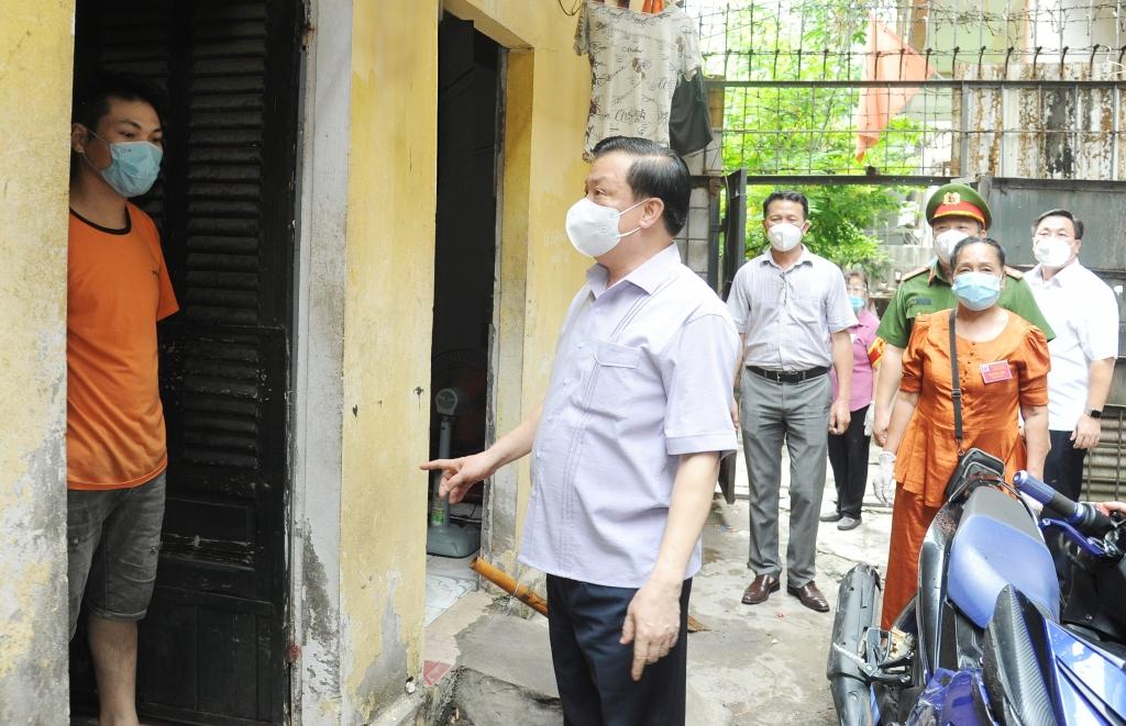 Bí thư Thành ủy Đinh Tiến Dũng kiểm tra công tác phòng, chống dịch tại phường Mai Động