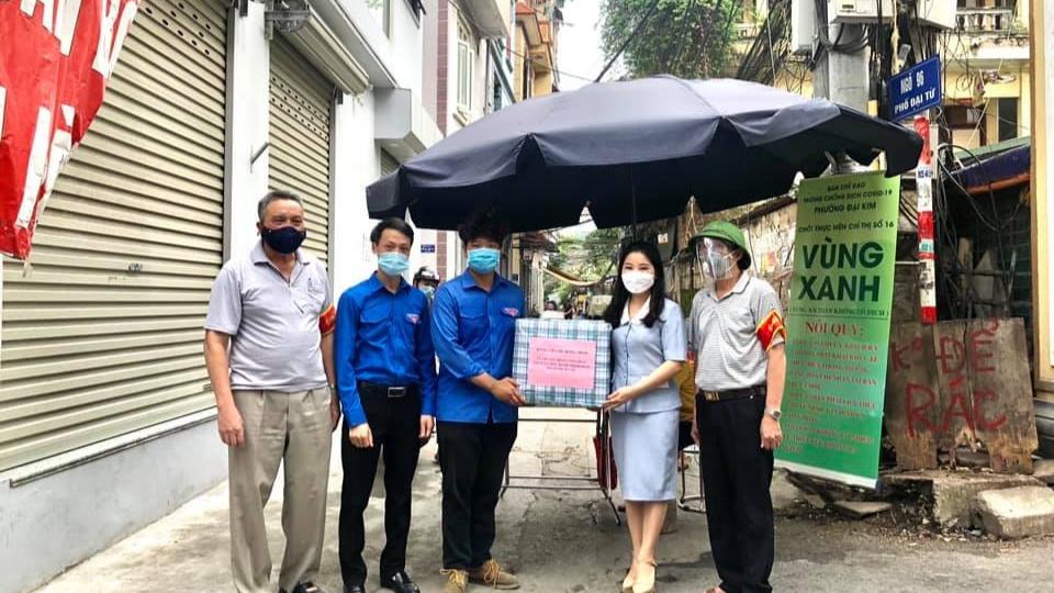 """Bí thư Thành đoàn Hà Nội tặng quà thanh niên tại chốt """"vùng xanh"""" quận Hoàng Mai"""