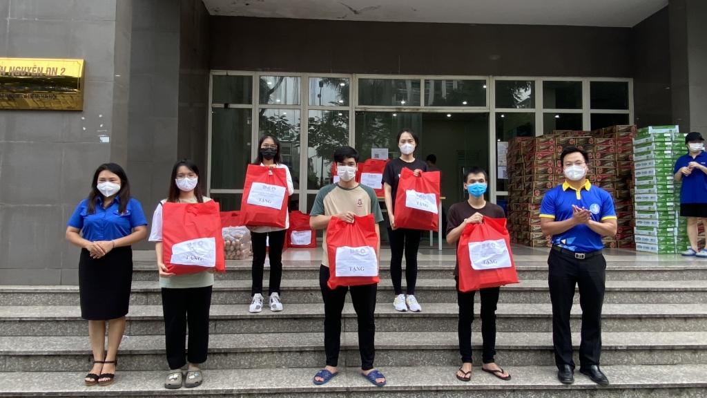 """Hà Nội: 1.092 suất quà """"tiếp sức"""" sinh viên ký túc xá Mỹ Đình"""