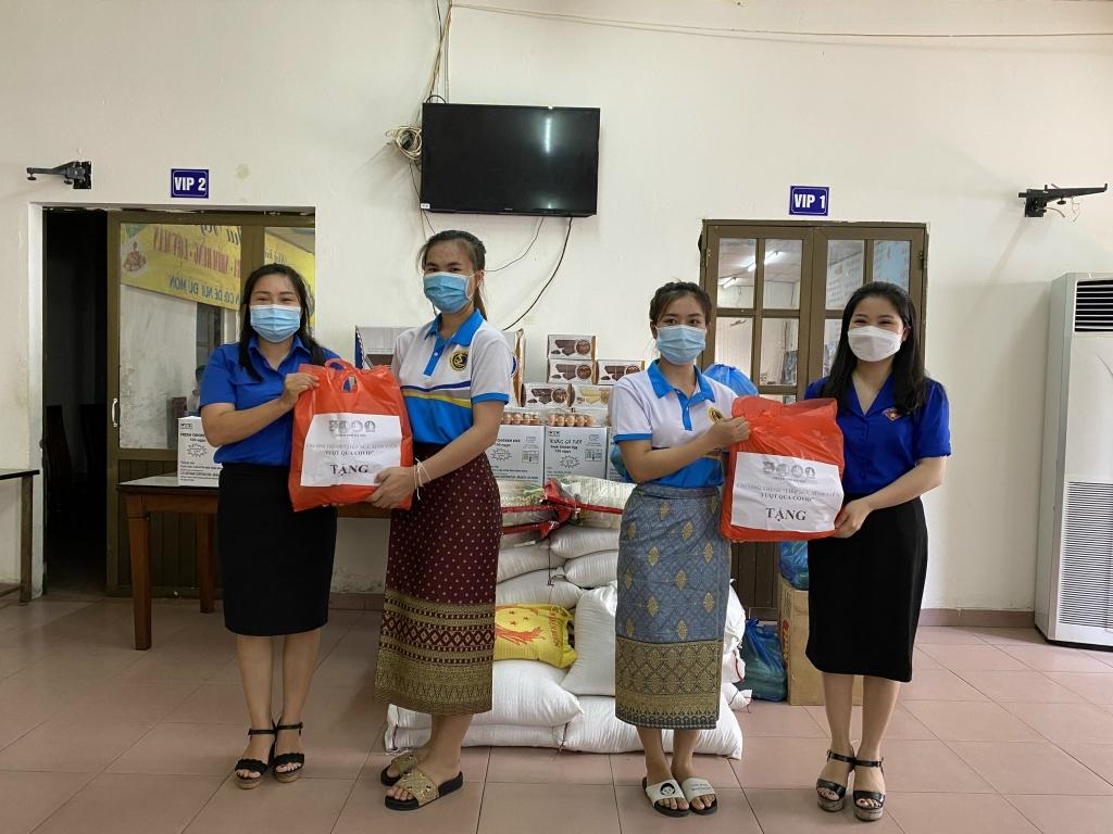 Các bạn lưu học sinh Lào được nhận quà từ lãnh đạo Thành đoàn Hà Nội