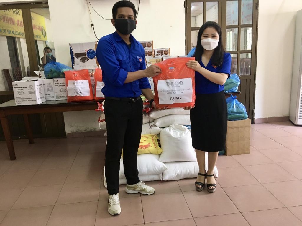 Seng Visak được nhận quà từ Thành đoàn - Hội Sinh viên Thành phố Hà Nội