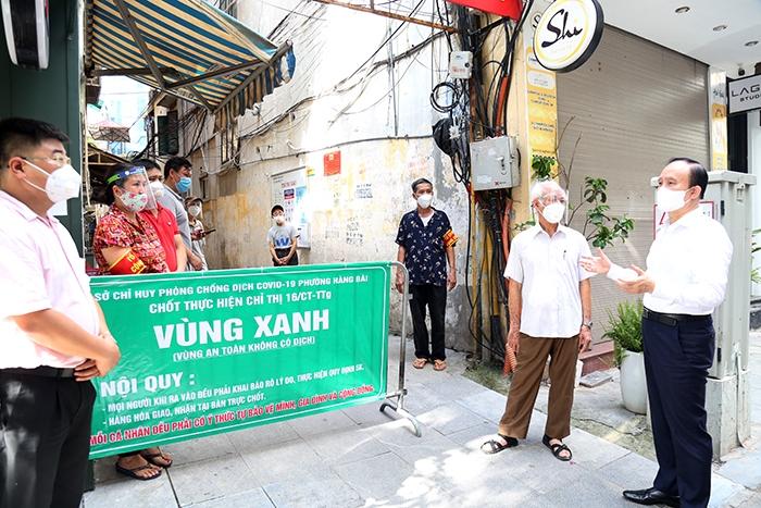 Chủ tịch HĐND TP Nguyễn Ngọc Tuấn động viên các lực lượng làm nhiệm vụ tại chốt trực khu tập thế số 8 Trần Quốc Toản, quận Hoàn Kiếm
