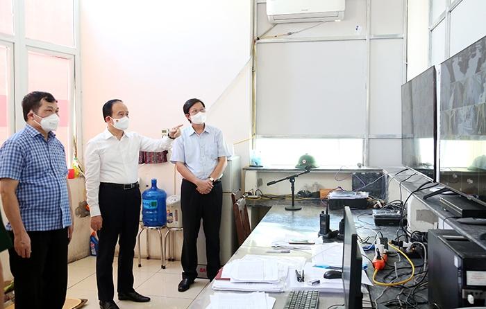 Đồng chí Nguyễn Ngọc Tuấn kiểm tra tại phòng điều hành khu cách ly tập trung Trường Cao đẳng sư phạm Hà Tây - Hà Nội