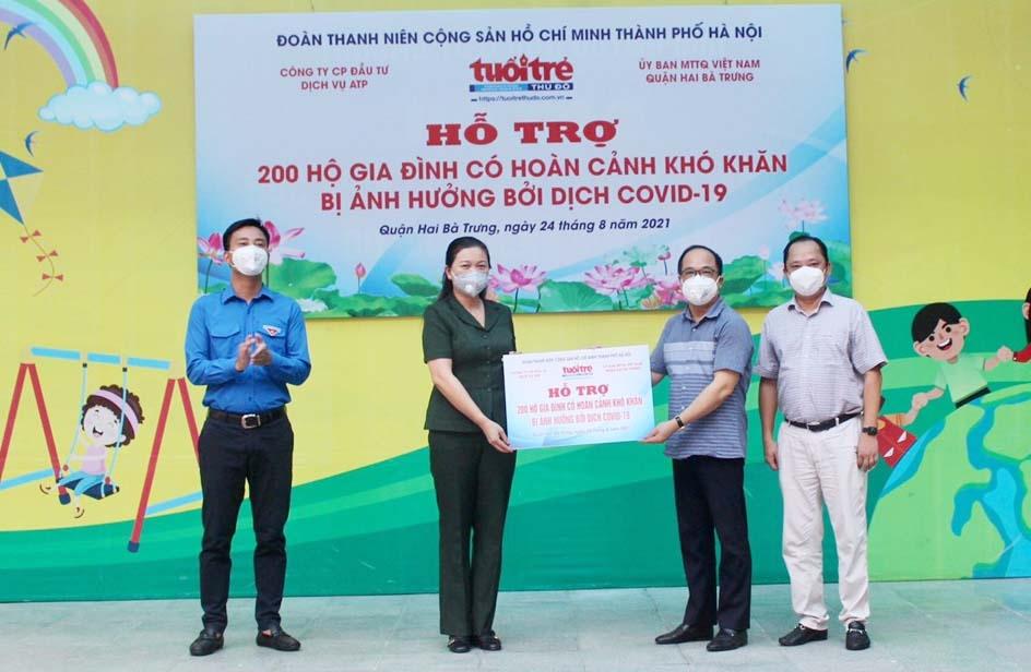 Lãnh đạo Thành đoàn Hà Nội, Báo Tuổi trẻ Thủ đô và Công ty CP Đầu tư dịch vụ ATP trao tượng trưng 200 suất quà cho Ủy ban MTTQ Việt Nam quận Hai Bà Trưng