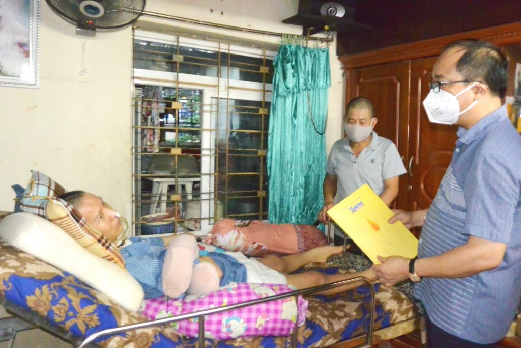 anh Lê Thành Chung, bị tai nạn, nằm liệt giường nhiều năm nay