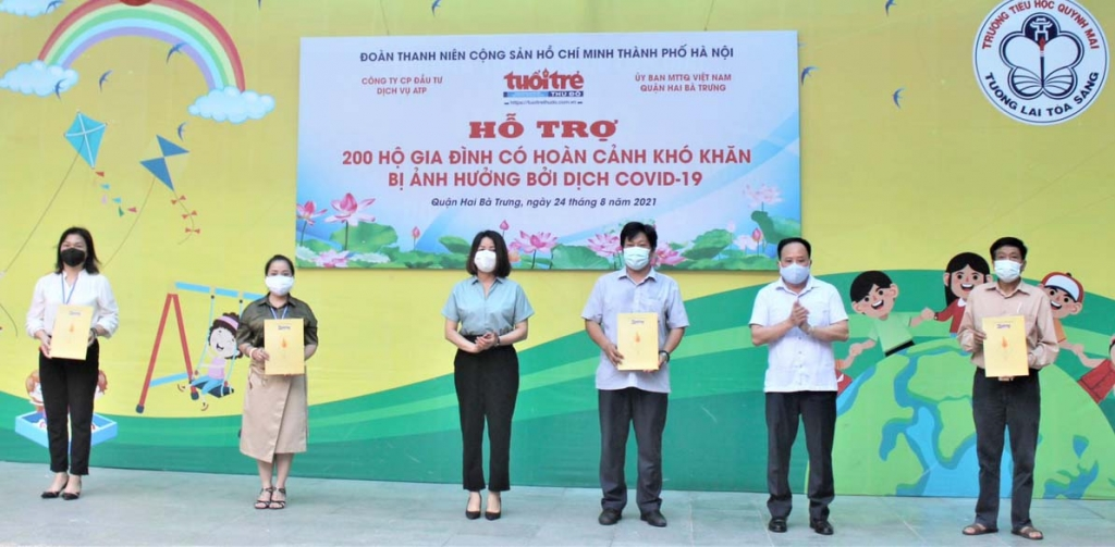 Bà Phạm Thị Nguyên Hạnh, Phó Bí thư Đảng ủy khối các cơ quan TP Hà Nội, ông Trần Quyết Thắng, Phó bí thư Thường trực, Chủ tịch HĐND quận trao quà tới đại diện MTTQ các phường.