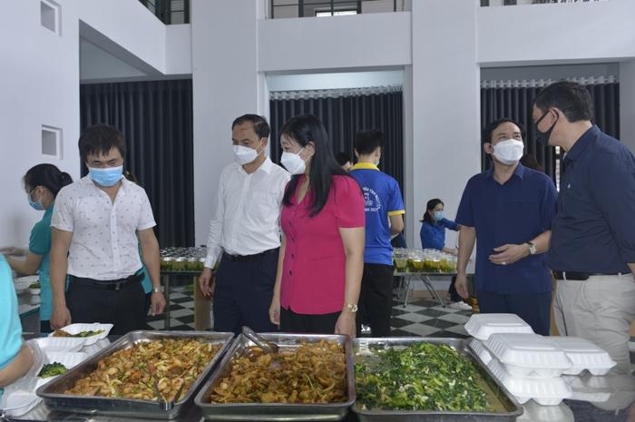Chủ tịch Ủy ban MTTQ Việt Nam TP Nguyễn Lan Hương thăm bếp ăn tại Nhà văn hóa phường Nhật Tân