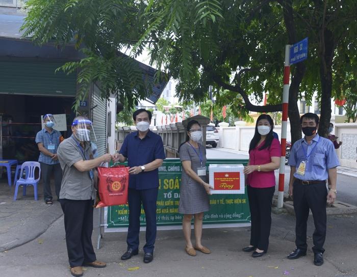 Chủ tịch Ủy ban MTTQ Việt Nam TP Nguyễn Lan Hương tặng quà cho chốt Vùng xanh tại ngõ 32, phường Tứ Liên