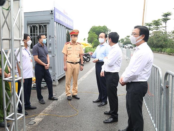 Đoàn công tác kiểm tra tại chốt kiểm soát trên Quốc lộ 18