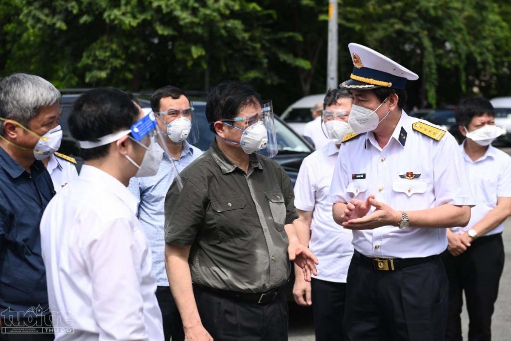 Điểm đến thứ 3 trong chuyến thăm của Thủ tướng là cơ sở cách ly F1 của Tân cảng Sài Gòn. Thủ tướng đề nghị lãnh đạo Tân Cảng nếu đã chăm lo tốt cho cơ sở mình thì cần tính đến việc san sẻ với địa phương, đặc biệt những nơi quá tải trong thu dung, điều trị