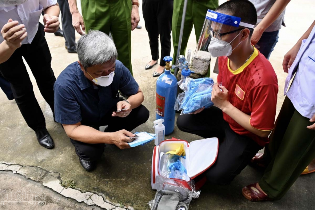 4 nhân viên của phường có mặt tại khu nhà trọ cùng với bình oxy, thuốc, máy SpO2... Thứ trưởng Bộ Y tế Nguyễn Trường Sơn trực tiếp kiểm tra các loại thuốc, máy đo, bình oxy và đánh giá các thiết bị y tế được chuẩn bị tốt.