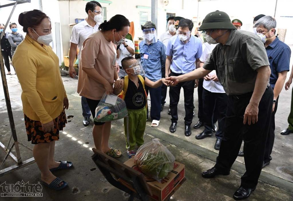 Hơn 5 phút sau cuộc gọi, lực lượng chức năng đã lập tức mang đến một gói an sinh gồm rau củ, hoa quả, mì gói... cho người dân ở khu trọ.