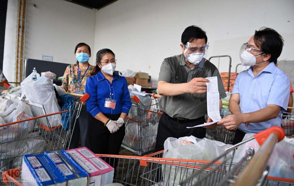Thủ tướng kiểm tra danh sách các đơn hàng và biểu dương mô hình của TP.HCM vì đảm bảo được lương thực, thực phẩm cho người dân.