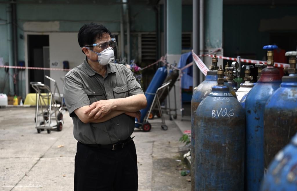 Tiếp đó, Thủ tướng đến kiểm tra đột xuất Bệnh viện Quân Dân y Miền Đông. Sau khi nghe bệnh viện đề xuất được trang bị thêm bồn oxy, Thủ tướng yêu cầu UBND TP.HCM lập tức triển khai bồn oxy để hỗ trợ bệnh viện, điều trị bệnh nhân trong điều kiện tốt nhất.