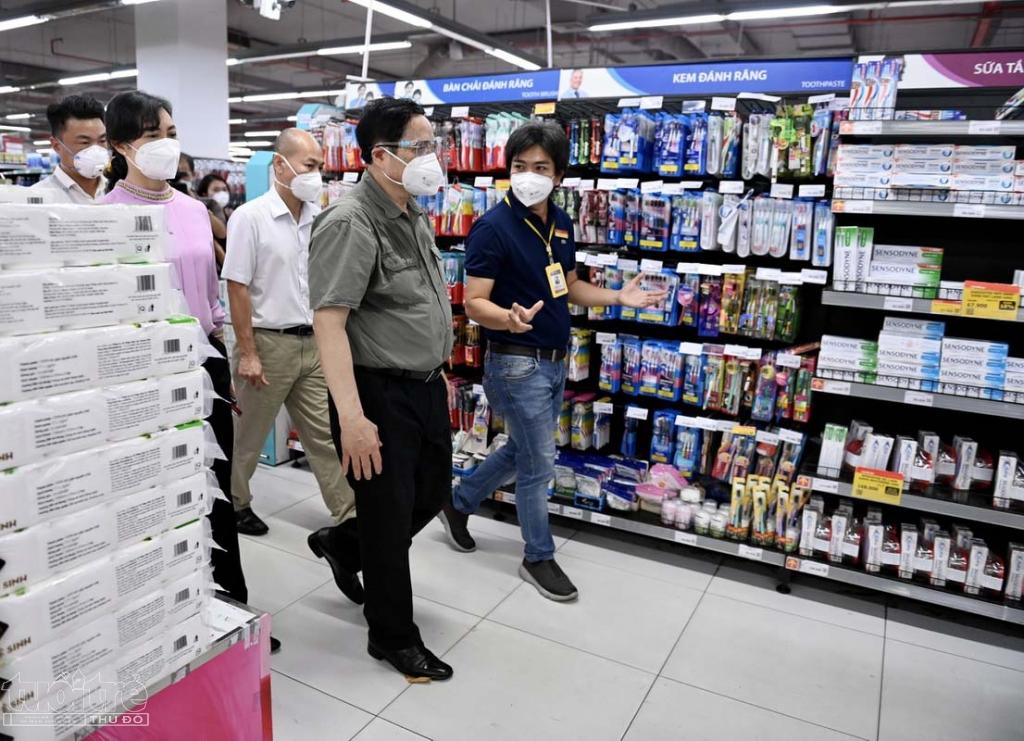 Điểm đến cuối của chuyến thị sát là một siêu thị của Vinmart trên đường Lê Văn Việt, TP Thủ Đức. Chuyến thăm của Thủ tướng kết thúc lúc 13h15 sau khi kiểm tra hơn 8 điểm gồm cơ sở y tế, điểm bán hàng, điểm an sinh và khu dân cư tại TP.HCM.