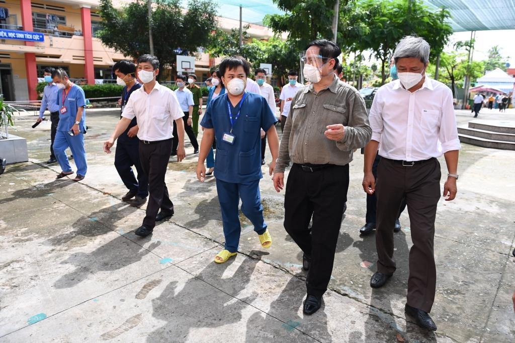 Thủ tướng tiếp tục kiểm tra tại nơi quản lý, điều trị các trường hợp F0 thuộc tầng 1 của tháp điều trị đặt tại trường Tiểu học Bình Thuận (phường Thuận Giao, TP.Thuận An) - Ảnh: BTG Bình Dương.