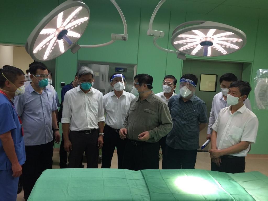 Thủ tướng Phạm Minh Chính kiểm tra công tác điều trị các bệnh nhân nặng và kiểm tra cơ sở vật chất tại Bệnh viện dã chiến hồi sức cấp cứu Covid-19 - Ảnh: BTG Bình Dương.