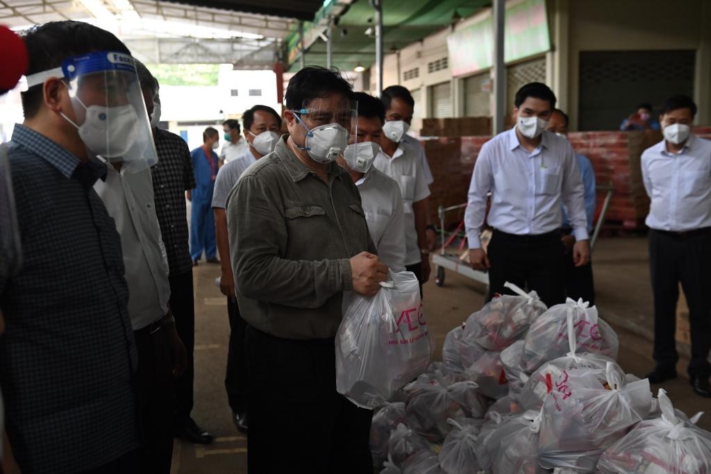 Thủ tướng tiếp tục kiểm tra chợ Đông Phú, phường Thuận Giao, TP Thuận An và yêu cầu khi giãn cách xã hội phải đáp ứng nhu cầu thực phẩm, y tế của người dân. Ảnh: BTG Bình Dương.