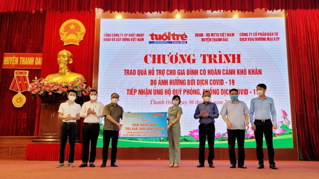 Đồng chí Nguyễn Mạnh Hưng, Tổng Biên tập báo Tuổi trẻ Thủ đô trao tặng 200 suất quà tới UB Mặt trận Tổ quốc huyện Thanh Oai để gửi tới người dân