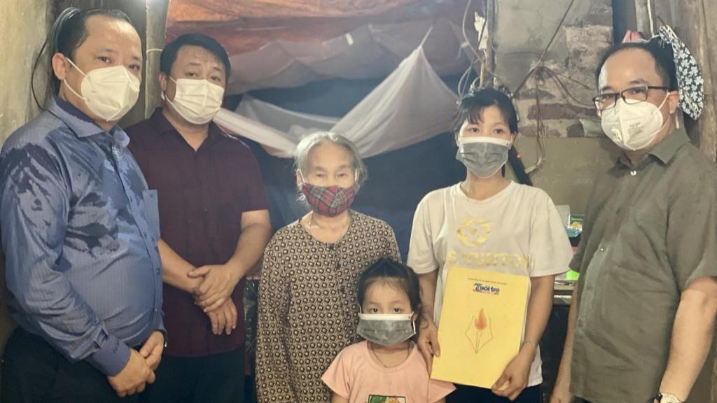 Gia đình chị Nguyễn Thị Thư xúc động khi được trao tặng quà