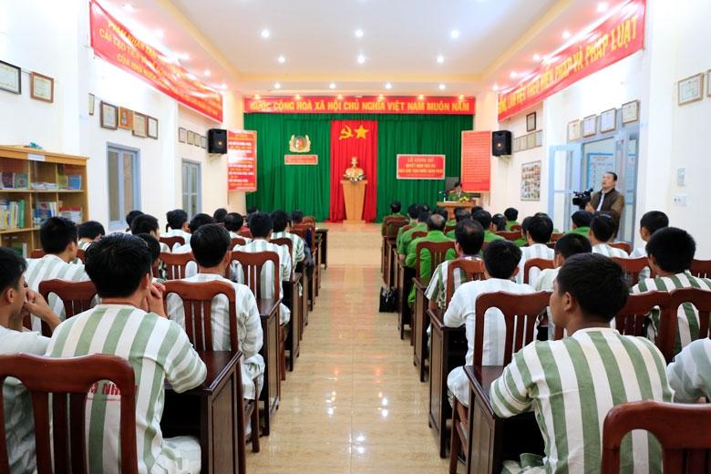 Phạm nhân tại trại tạm giam Công an Lâm Đồng dự lễ công bố quyết định đặc xá của Chủ tịch nước